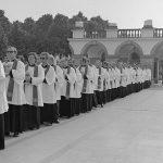 Msza święta na placu Zwycięstwa. Widoczna grupa księży na tle Grobu Nieznanego Żołnierza.