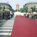 Msza święta na placu Zwycięstwa. Widok od strony Grobu Nieznanego Żołnierza w kierunku ołtarza.