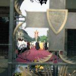 Msza święta na pl. Zwycięstwa. Widok zza Grobu Nieznanego Żołnierza w kierunku ołtarza. Na pierwszym planie widoczny Krzyż Grunwaldu w jednej arkad Grobu Nieznanego Żołnierza.