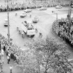 Przejazd papieża Jana Pawła II ulicami Warszawy. W kolumnie pojazdów przejeżdżąjącej skrzyżowanie ulic Marszałkowskiej i Świętokrzyskiej widoczny Star 660 M2 z papieżem Janem Pawłem II