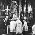 Jan Paweł II celebrujący poranną Mszę św. w Kaplicy Matki Boskiej Częstochowskiej.