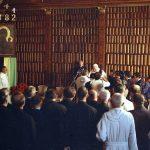 Spotkanie papieża Jana Pawła II z przedstawicielami zgromadzeń zakonnych w bibliotece jasnogórskiej.