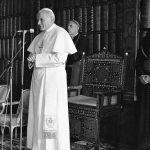 Papież Jan Paweł II podczas spotkania z przedstawicielami zgromadzeń zakonnych w bibliotece jasnogórskiej.
