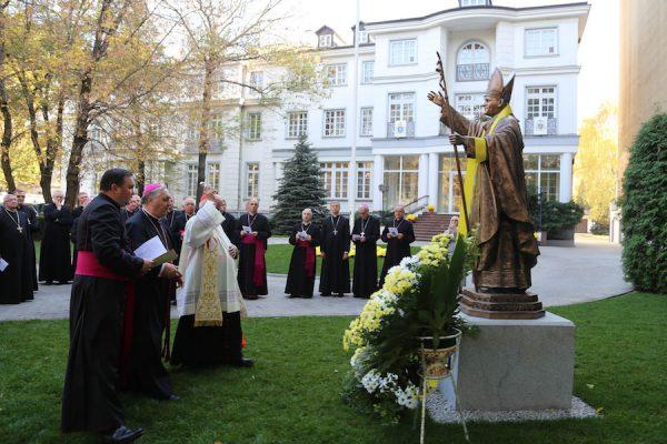 Pomnik Jana Pawła II w Nuncjaturze Apostolskiej