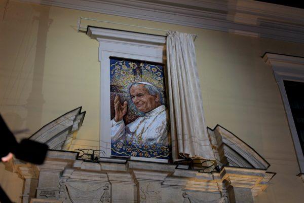 Odsłonięcie mozaiki w oknie papieskim