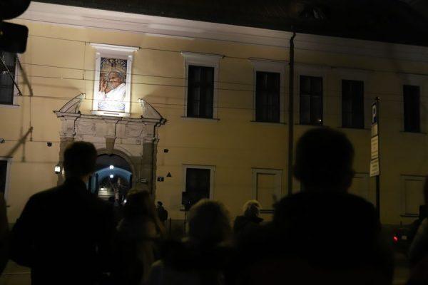 """""""Czternaście lat temu, Jan Paweł II narodził się dla nieba"""". Modlitewne czuwanie w 14. rocznicę śmierci Ojca Świętego"""