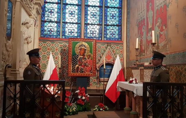 Obraz Matki Bożej Częstochowskiej i relikwie św. Jana Pawła II ocalone z pożaru Katedry Notre Dame