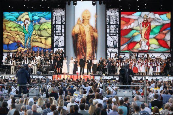 """Jubileuszowy koncert """"Wsłuchiwać się w Papieża"""" na placu Piłsudskiego w Warszawie"""