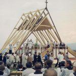 Msza św. w Nowym Targu odprawiana przez kard. Franciszka Macharskiego z udziałem papieża Jana Pawła II. Widoczna procesja do komunii św.