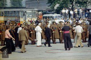 Fragment uroczystości. W środku widoczny papież Jan Paweł II. Widoczni także uczestnicy uroczystości m.in. żołnierze, biskupi i kardynałowie.