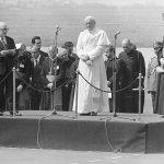 Powitanie papieża Jana Pawła II na lotnisku Okęcie w Warszawie rozpoczynające I pielgrzymkę do Polski. Przemówienie powitalne przewodniczącego Rady Państwa PRL Henryka Jabłońskiego.