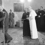 Spotkanie papieża Jana Pawła II z władzami PRL w Belwederze. Na pierwszym planie widoczni od lewej: I sekretarz KC PZPR Edward Gierek, sekretarz papieża, ks. Stanisław Dziwisz oraz Jan Paweł II.