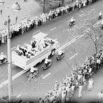 Przejazd papieża Jana Pawła II ulicą Świętokrzyską w Warszawie.