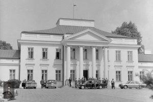 Przyjazd Jana Pawła II na spotkanie z władzami PRL. Przed wejściem do Belwederu widoczny papieski samochód Fiat 130.