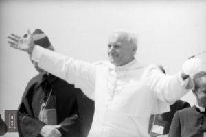 Spotkanie papieża Jana Pawła II z wiernymi w Gębarzewie pod Gnieznem podczas I pielgrzymki do Polski. Obok papieża widoczny prymas Polski ks. kard. Stefan Wyszyński.