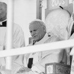 Papież Jan Paweł II podczas porannej Mszy św. odprawianej przed klasztorem jasnogórskim.