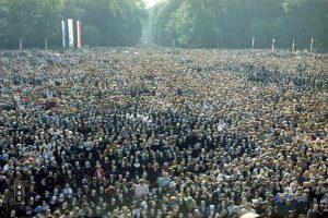 Zgromadzony na błoniach jasnogórskich tłum uczestników porannej Mszy św. odprawianej przez papieża Jana Pawła II.