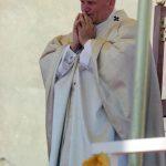 Papież Jan Paweł II w modlitwie podczas porannej mszy św. przed klasztorem jasnogórskim.