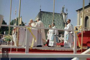 Papież Jan Paweł II przy ołtarzu podczas mszy św. przed klasztorem jasnogórskim.