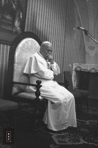 Papież Jan Paweł II podczas spotkania z Radą Naukową Episkopatu Polski w Kaplicy Różańcowej.