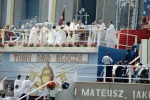 Papież Jan Paweł II wygłasza przemówienie do wiernych zgromadzonych na Jasnej Górze.