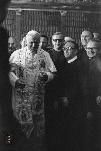 Papież Jan Paweł II wśród przedstawicieli zgromadzeń zakonnych podczas spotkania w bibliotece jasnogórskiej.