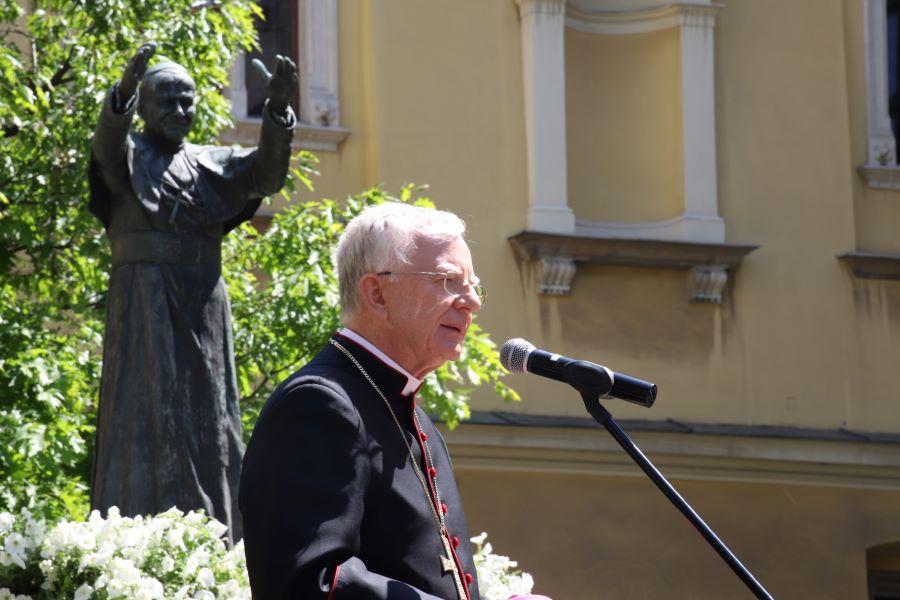 Regina Caeli na dziedzińcu krakowskiej kurii w 100. rocznicę urodzin Karola Wojtyły
