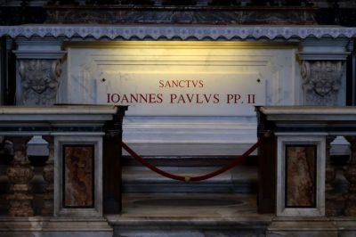 Ks. Kowalczyk o ideologii zła na Mszy przy grobie Jana Pawła II