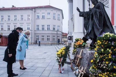 Kwiaty i modlitwa w 16. rocznicę śmierci św. Jana Pawła II Patrona Województwa Małopolskiego