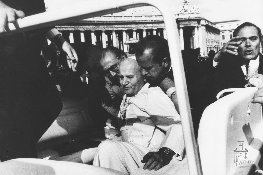 """""""Uderzą w pasterza, a rozproszą się owce"""" – 40. rocznica zamachu na Ojca Świętego Jana Pawła II"""